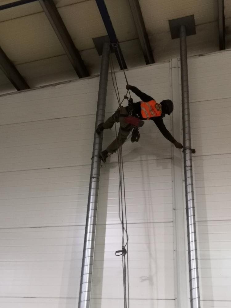 Czyszczenie hal przemysłowych - metody z dostępem linowym